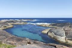 Stagno di marea naturale all'interno di formazione rocciosa dal mare Fotografie Stock Libere da Diritti