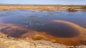 Stagno di ribollimento acido nella depressione di Danakil in Etiopia, Africa immagini stock