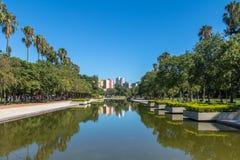 Stagno di riflessione del parco di Farroupilha o del parco di Redencao a Porto Alegre, Rio Grande do Sul, Brasile fotografia stock