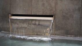 Stagno di scorrimento dell'acqua, cascata miniatura in stagno archivi video
