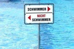 Stagno diviso in due lati per i nuotatori e non i nuotatori (tedesco Immagine Stock Libera da Diritti