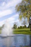 Stagno e fontana di terreno da golf Immagini Stock