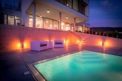 Stagno e piattaforma in villa di lusso, repubblica Ceca fotografia stock
