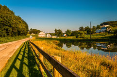 Stagno e recinto lungo una strada campestre nella contea di York, Pensilvania Immagini Stock Libere da Diritti