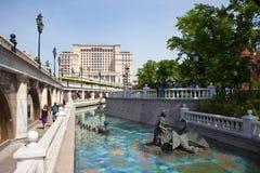 Stagno, gente di camminata e un hotel Mosca di quattro stagioni Fotografie Stock
