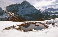Stagno innevato nelle montagne Fotografie Stock