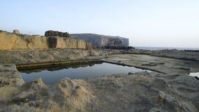 Stagno naturale sulla costa rocciosa della scogliera archivi video
