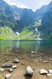 Stagno nero in alta montagna di tatra in Polonia Fotografia Stock Libera da Diritti