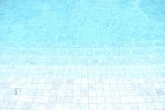 Stagno piastrellato blu con chiara acqua d'increspatura fresca fotografie stock