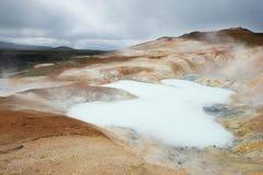 Stagno tossico e vapore che si alzano da vicino a Krafla, Islanda Fotografie Stock Libere da Diritti