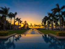 Stagno & tramonto in Maui Hawai da una località di soggiorno Immagine Stock Libera da Diritti