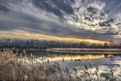 Stagno tranquillo della baia di Chesapeake durante l'inverno al tramonto Immagine Stock Libera da Diritti