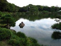 Stagno in un giardino giapponese tradizionale Fotografie Stock Libere da Diritti