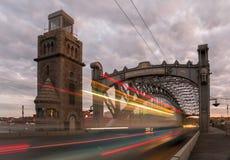 Stahlübergang des berühmten Stadtflusses betitelt als die Peter der Große-Brücke in St Petersburg Stockfoto