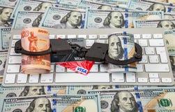 Stahl fesselt, Kreditkarte und Rollen von russischen Rubeln mit Handschellen Lizenzfreies Stockfoto