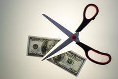 Stahl Scissors Ausschnitt zur Hälfte ein 100 Dollar-USA Bill Lizenzfreie Stockfotos