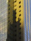 Stahl- und Glaswolkenkratzer, der abstrakte geometrische Formen in New York bildet Stockbild