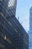 Stahl- und Glaswolkenkratzer, die herein abstrakte geometrische Formen bilden Lizenzfreie Stockbilder