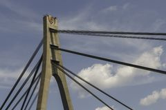 Stahl verkabelt Bau Moskau-Brückenbaue über Blauem Lizenzfreies Stockfoto