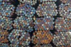 Stahl, viele Rundstahlstangen im Stahllager im Freien, Metall mit Schiess-Zündsatz Farben lizenzfreie stockfotos