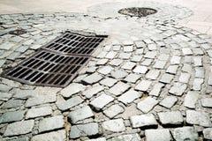 Stahlabwasserkanaleinsteigeloch auf Straße Lizenzfreies Stockfoto