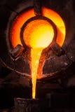 Stahlarbeiter in der Schutzkleidung Ofen in einem industr harkend Lizenzfreie Stockfotos