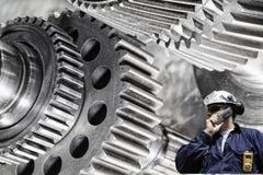 Stahlarbeiter mit großer Zahnradmaschinerie Stockfotos