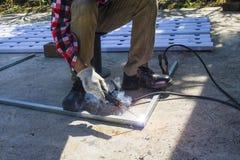 Stahlarbeiter Schweißen, schneiden in Metall Lizenzfreie Stockbilder