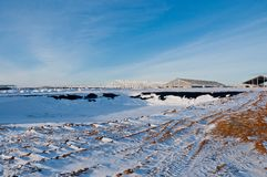 Stahlbau auf dem Hintergrund der Winterlandschaft stockfotografie