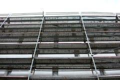 Stahlbaugerüst benutzt für façade Erneuerungsarbeiten stockbild