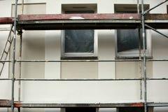 Stahlbaugerüst benutzt für façade Erneuerungsarbeiten stockfotografie