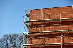Stahlbaugerüst benutzt für façade Erneuerungsarbeiten lizenzfreies stockbild