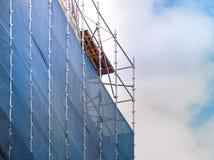 Stahlbaugerüst mit Segeltuchsperrenstaub für Wiederherstellung des Gebäudes Lizenzfreie Stockbilder