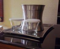Stahlbehälter mit zwei Trommeln und Eimer für Eis Stockfoto
