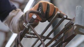 Stahlbetonbauern, die Stahlstangen für konkrete Verstärkung anschließen stock footage