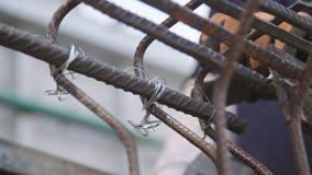 Stahlbetonbauern, die Stahlstangen für konkrete Verstärkung anschließen stock video