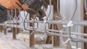 Stahlbetonbauern, die Stahlstangen für konkrete Verstärkung anschließen stock video footage
