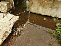 Stahlbetonprodukte liegen im Wasser nach einem Regen lizenzfreies stockfoto