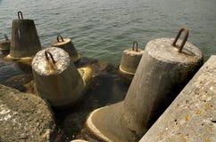 Stahlbetonstrukturen, zum des Ufers vor Wellen zu schützen Stockfoto