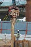 Stahlblech der Stützmauer häufen Kofferdamminstallation durch Maschine an Stockfotos