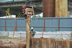 Stahlblech der Stützmauer häufen Kofferdamminstallation durch Maschine an Lizenzfreie Stockbilder