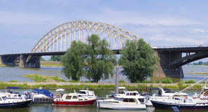 Stahlbogenbrücke Stockfotos