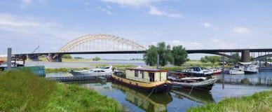 Stahlbogenbrücke mit kleinem Hafen Stockbild