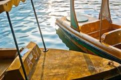 Stahlboot im starken Sonnenlicht Stockbild