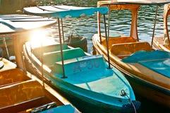 Stahlboot im starken Sonnenlicht Stockfoto