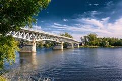 Stahlbrücke über dem Fluss Elbe in der Stadt von Litomerice in der Tschechischen Republik lizenzfreie stockfotografie