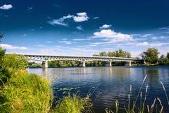 Stahlbrücke über dem Fluss Elbe in der Stadt von Litomerice in der Tschechischen Republik lizenzfreie stockbilder