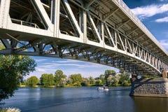 Stahlbrücke über dem Fluss Elbe in der Stadt von Litomerice in der Tschechischen Republik stockbilder
