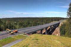 Stahlbrücke über dem Waldstrom im Bau lizenzfreies stockfoto