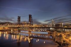 Stahlbrücke über Willamette-Fluss an der blauen Stunde stockfotos